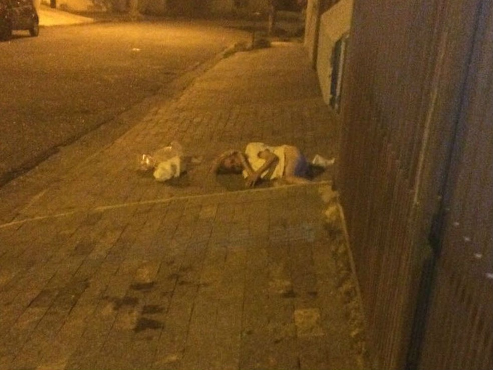Idosa foi encontrada pelos PMs jogada na calçada sem a fralda geriátrica (Foto: Divulgação)