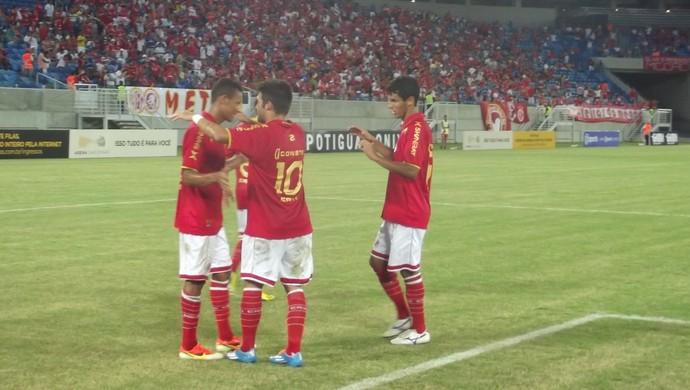 Adriano Pardal e jogadores do América-RN comemoram gol sobre o Corintians-RN (Foto: Klênyo Galvão)