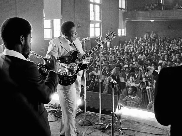 O bluesman B.B. King e sua banda se apresentam para o auditório lotado da penitenciária de Norfolk, em Massachussetts, em abril de 1978. Ele começou a fazer shows em prisões dos EUA em 1972, iniciativa para incentivar a reabilitação (Foto: Michael S. Gordon/AP/Arquivo)