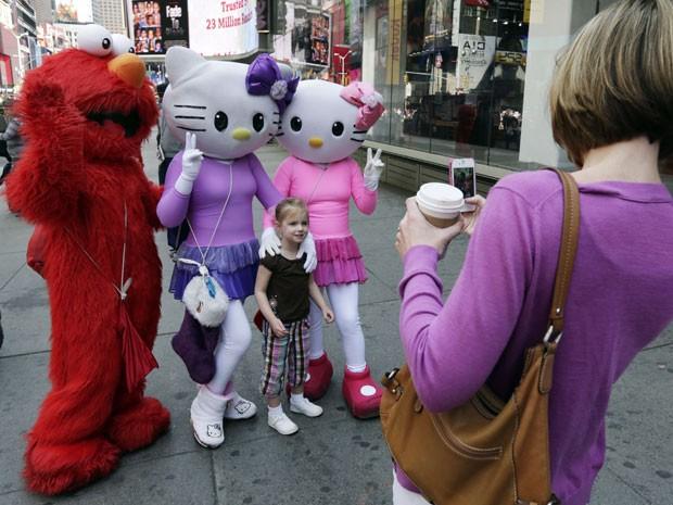 Pessoas vestidas como personagens tiram fotos com turistas na Times Square, em Nova York (Foto: AP Photo/Richard Drew)