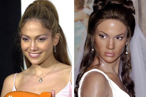 Jennifer Lopez e à sua direita, sua estátua de cera (Foto: Reprodução)