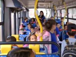 Prefeitura utiliza ônibus escolares para transportar funcionários (Foto: Reprodução/TV TEM)