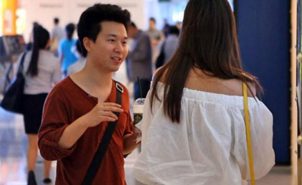 Peng Tai aborda garotas em shopping em busca da 'esposa ideal' para bilionários (Foto: BBC)