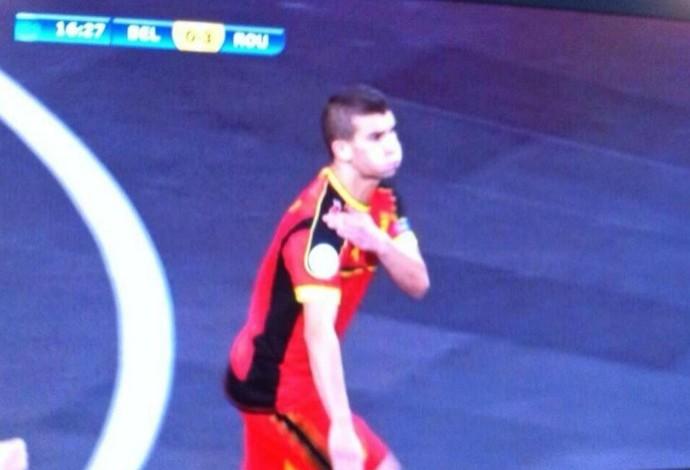 O belga Omar Rahou foi suspenso por 10 partidas pelo gesto antissemita conhecido como 'quenelle'  (Foto: Reprodução / Twitter)