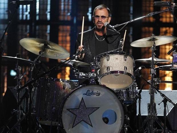 Ringo Starr toca bateria em cerimônia do Hall da Fama do Rock and Roll 2015 (Foto: Reuters)