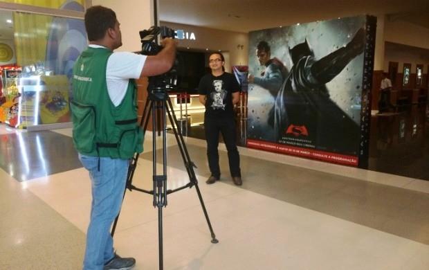 Estudante dá dicas de filmes (Foto: Bruna Cássia/Rede Amazônica)