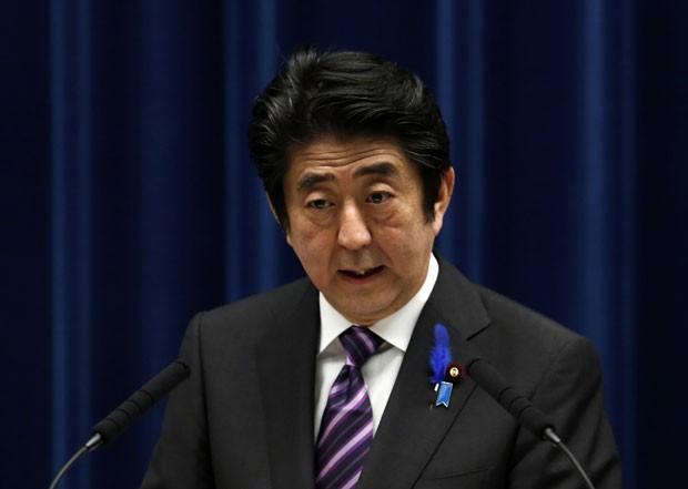 O premiê do Japão, Shinzo Abe, fala sobre mudanças militares no país nesta terça-feira (1º)  (Foto: Yuya Shino/Reuters)