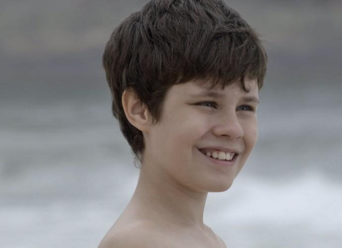 Alex fica todo feliz quando vê o mar (Foto: TV Globo)