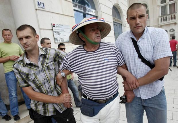 Manifestante de extrema-direita é detido após protestar contra a Parada Gay em Split (Foto: AFP)