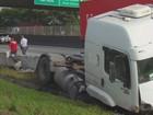 Contêiner tomba de carreta e deixa trânsito complicado na Anchieta