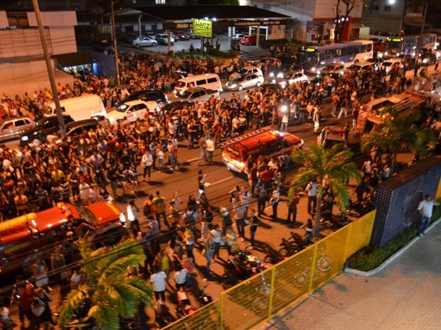 Estudantes ocuparam a Avenida Epitácio Pessoa após incêndio na faculdade Maurício de Nassau (Foto: Walter Paparazzo/G1)
