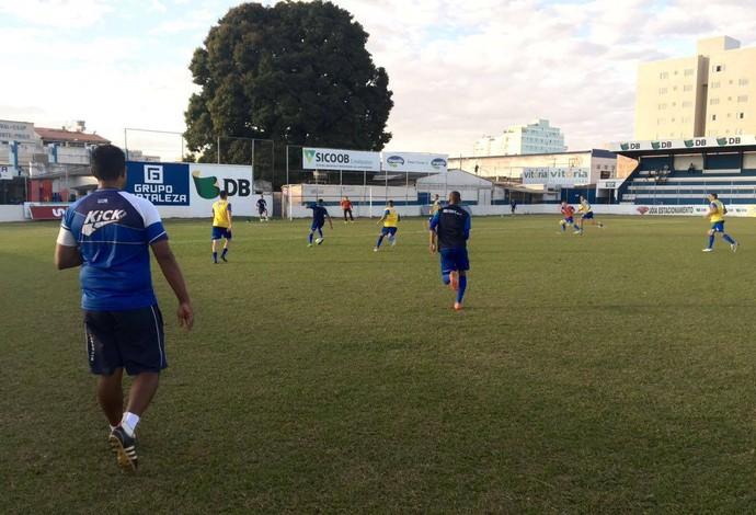 Técnico Magela Rodrigues (esq.), URT, Patos de Minas, observa treino (Foto: Bruno Fernandes/Assessoria URT)