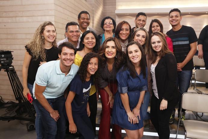 Fátima tira foto com a plateia do programa depois do 'Encontro'  (Foto: Ellen Soares/Gshow)
