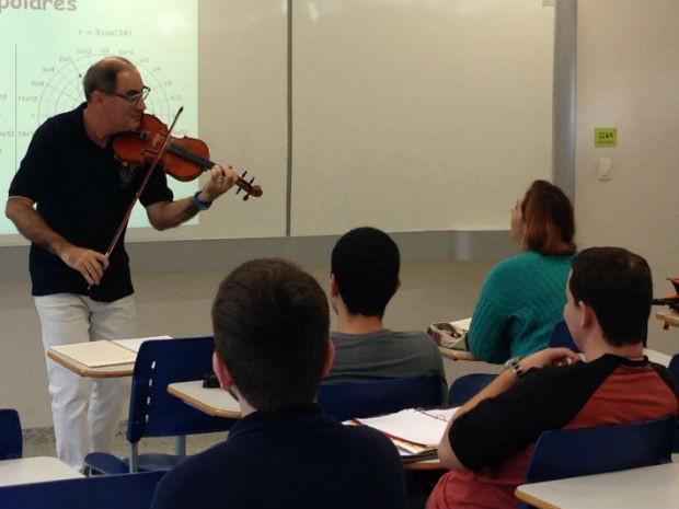 Alunos ficam vidrados em Marcos enquanto ele toca violino (Foto: Natália de Oliveira/G1)