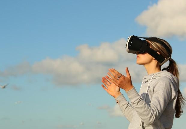 Mulher usa óculos de realidade virtual (Foto: Pexels)