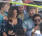 Marquezine faz selfie com amigos em cima de trio na Bahia (Diogo Macedo/Ag Haack)