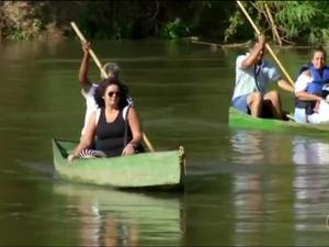 Pra ganhar tempo tem gente optando por outro meio de transporte: o barco (Foto: Reprodução/TV Rio Sul)