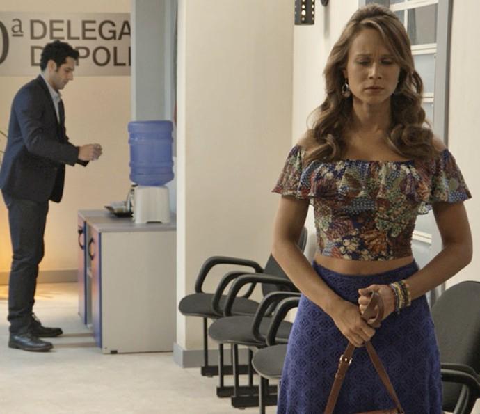 Tancinha fica impactada após conversar com Guido, sem saber que ele é seu pai (Foto: TV Globo)