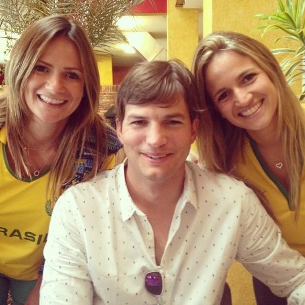 Ashton Kutcher posa com fãs (Foto: Reprodução/Instagram)