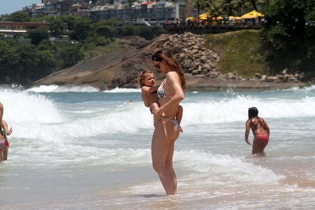 Lavínia Vlasak e filha na praia (Foto: Wallace Barbosa/AgNews)