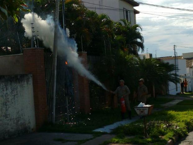 Chamas foram controladas pelo Corpo de Bombeiros com extintores de incêndio (Foto: Edir de Souza/TVCA)