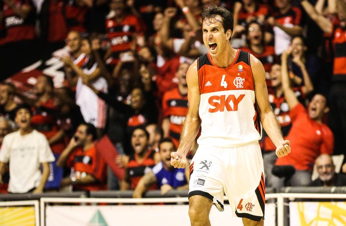 Marcelinho comemora a vitória do Flamengo sobre o Limeira (Foto: Luiz Pires/LNB)