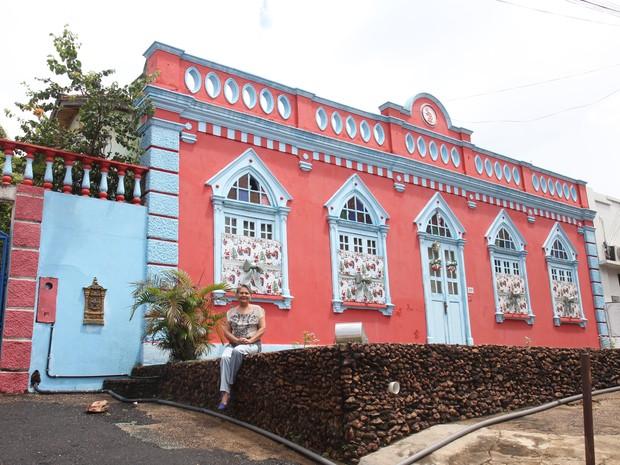Petita Brasil em frente a sua casa, a residência mais antiga de Boa Vista (Foto: Inaê Brandão/G1 RR)