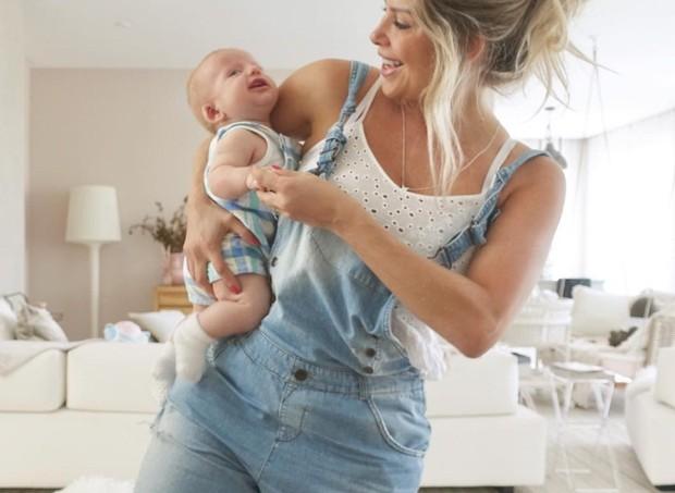 Karina e o filho se divertem juntos logo cedo (Foto: reprodução/Instagram)