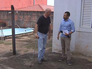 Sem algum tipo de apoio, Mauro tem dificuldades para se locomover (Foto: Reprodução/TV TEM)