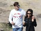 Ashton Kutcher e Mila Kunis passeiam de mãos dadas