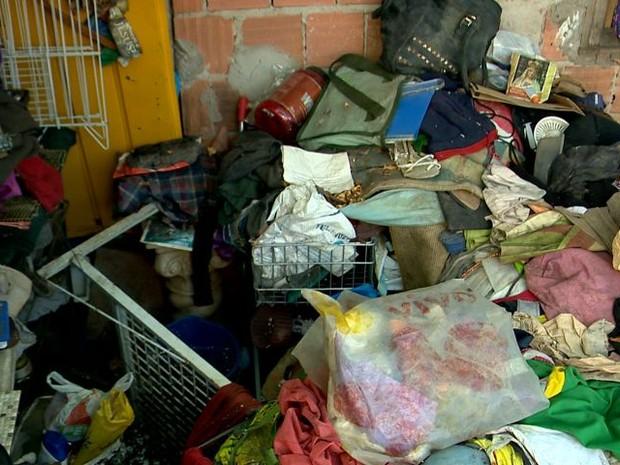 Lixo acumulado na casa de dona Helena, em Goiabeiras Velha, Vitória (Foto: Reprodução/ TV Gazeta)