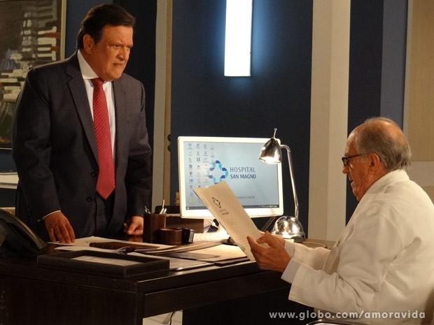 Atílio entrega pasta para Lutero (Foto: Amor à Vida/ TV Globo)
