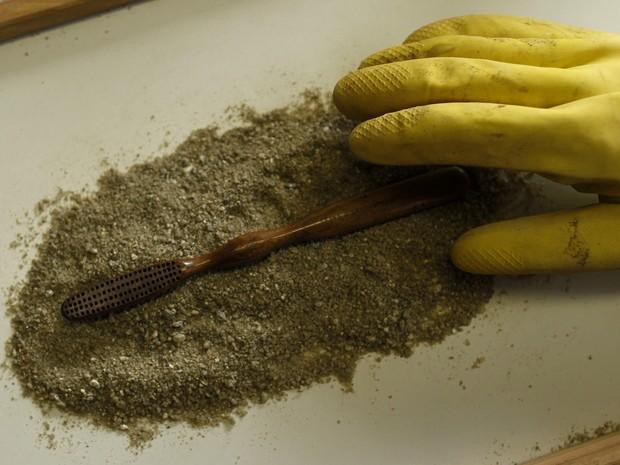 Uma escova de dentes que pode ter pertencido a Dom Pedro II é achada em obras de expansão do Metrô do Rio (Foto: Pilar Olivares/Reuters)