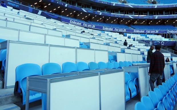 Bancadas são instaladas para acomodar jornalistas na Cadeira Gramado (Foto: Felipe Truda/GLOBOESPORTE.COM)