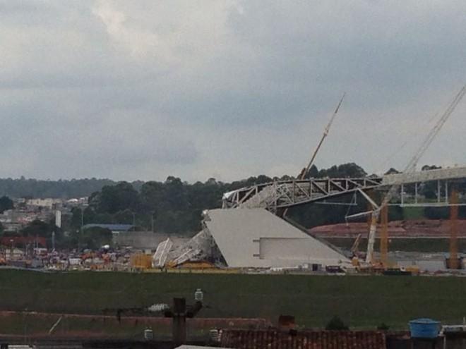 Estruturas metálicas caem na Arena Corinthians (Foto: Rodrigo Muniz)