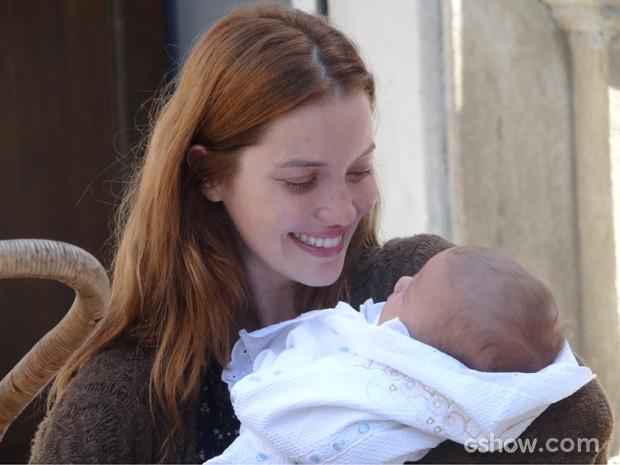 Reencontro! Sílvia se emociona ao pegar filho no colo (Foto: Joia Rara/TV Globo)