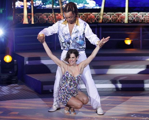 Bárbara Paz mostra desenvoltura na salsa (Foto: Domingão do Faustão/TV Globo)