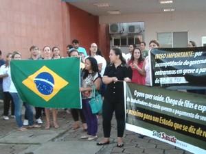 Servidores protestaram em frente ao Hospital da Zona Sul, em Londrina (Foto: Reprodução/RPC)