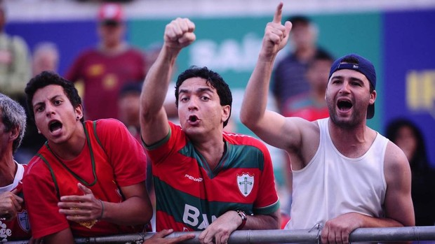 Torcida da Portuguesa reclama do time (Foto: Marcos Ribolli / Globoesporte.com)