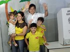 Geraldo Julio vota acompanhado da esposa e filhos no Recife