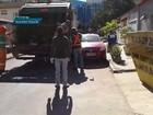 Carro parado em fila dupla impede passagem de caminhão de lixo no DF