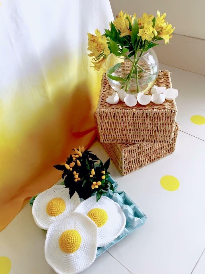 Cartela com ovos de crochê e caixotes de palha com vaso de bromélias amarelas e cascas de ovo (Foto: Arquivo Pessoal)