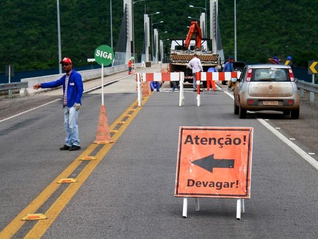 Buracos são tampados: segundo Agetrans, dano foi superficial (Foto: Manoel Júnior/Agetrans)