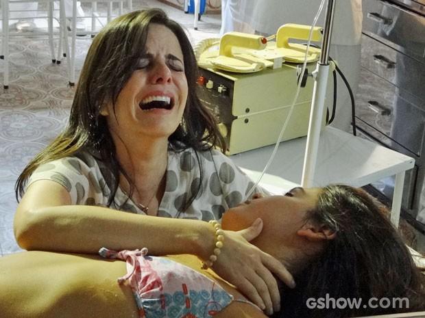 Chica se desespera ao ver Helena desacordada (Foto: Em Família/TV Globo)