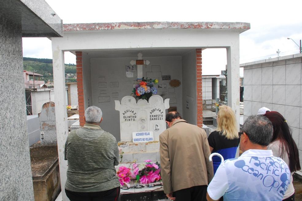 Jazigo, que atraía visitantes que faziam pedidos e oferendas, foi destruído (Foto: Prefeitura de Lages/Divulgação)