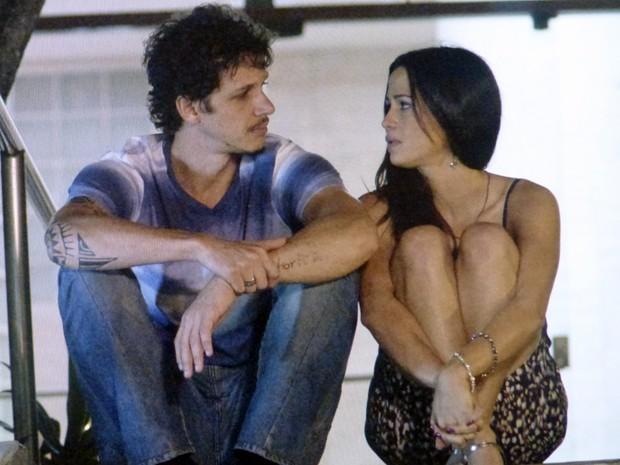 Tuane e Elivaldo conversam na portaria do prédio  (Foto: Império/TV Globo)