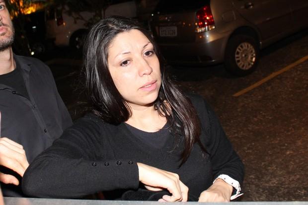 Daniele, irmã de Champignon no velório (Foto: Celso Tavares/EGO)