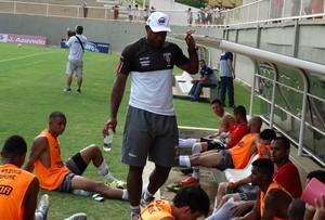 João Carlos e jogadores durante amistoso NAC x Tupi-MG (Foto: Nacionalinos/Facebook)