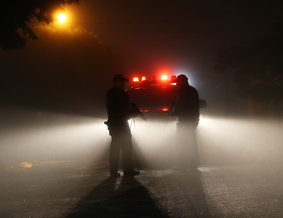 Policiais do Departamento de Operações de Fronteira  de madrugada,numa patrulha na estrada.Os traficantes tem múltiplas estratégias para burlar a vigilância (Foto:  Adriano Machado/ÉPOCA)