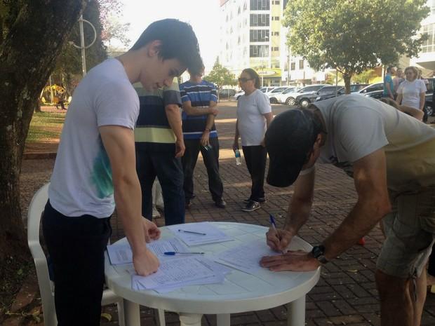 Em Francisco Beltrão, organizadores colheram assinaturas para um abaixo-assinado exigindo a redução dos salários dos vereadores dos atuais R$ 5,2, mil para R$ 1,2 mil (Foto: Michelli Arenza / RPC)
